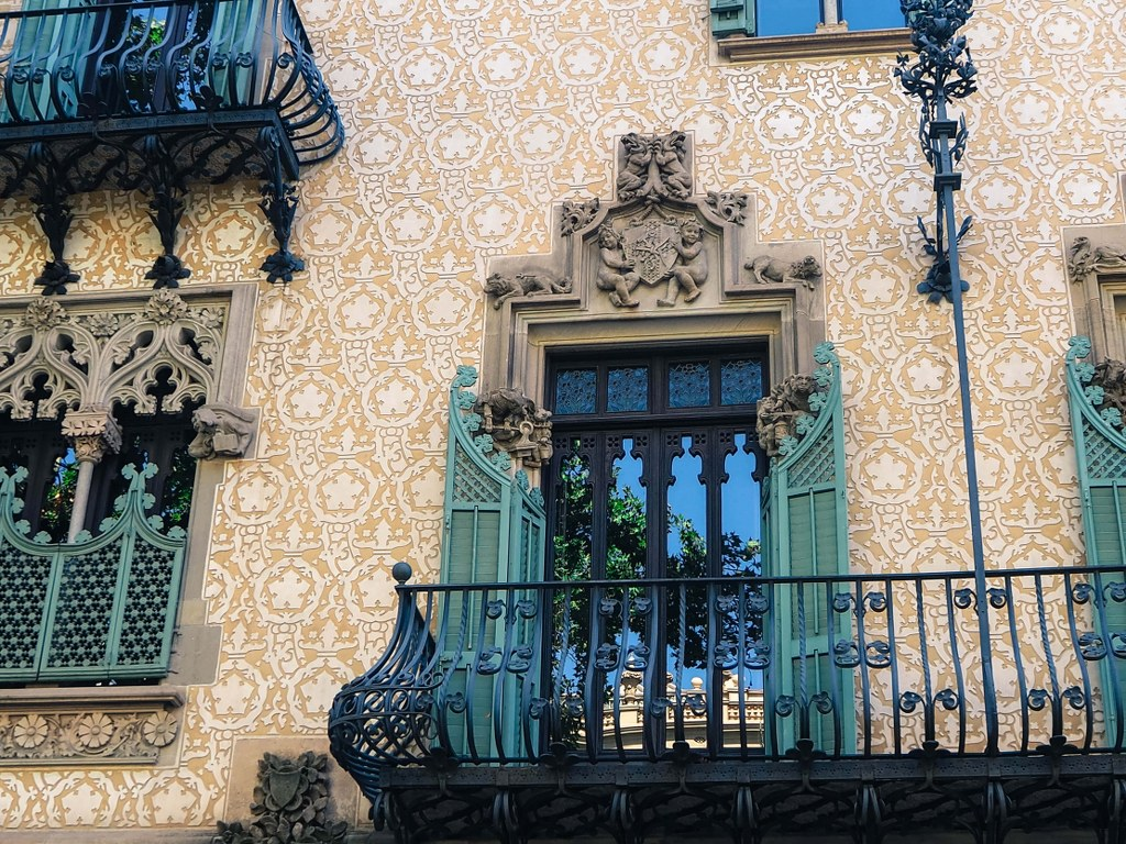 richly_decorated_window_in_a_bulding_in_barcelona