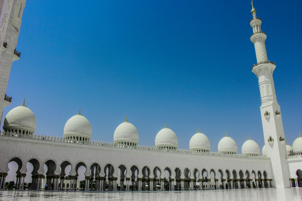 the_main_square_inside_the_mosque_in_abu_dhabi
