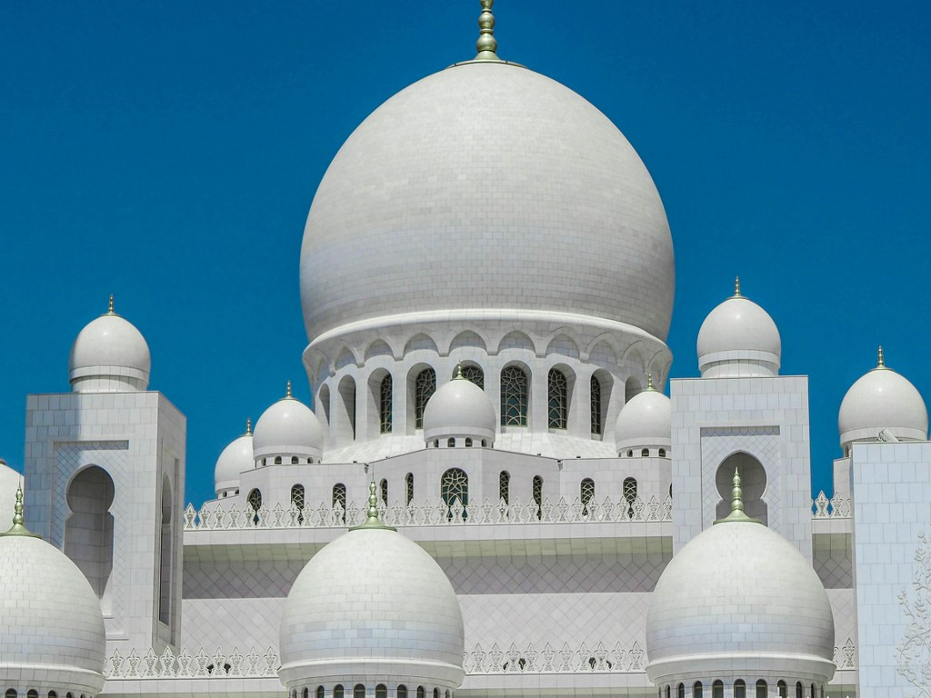 white_richlyy_decorated_mosque_in_abu_dhabi