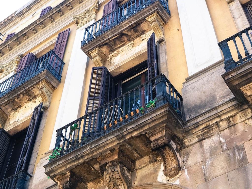 window_in_of_of_ghotic_part_of_barcelona