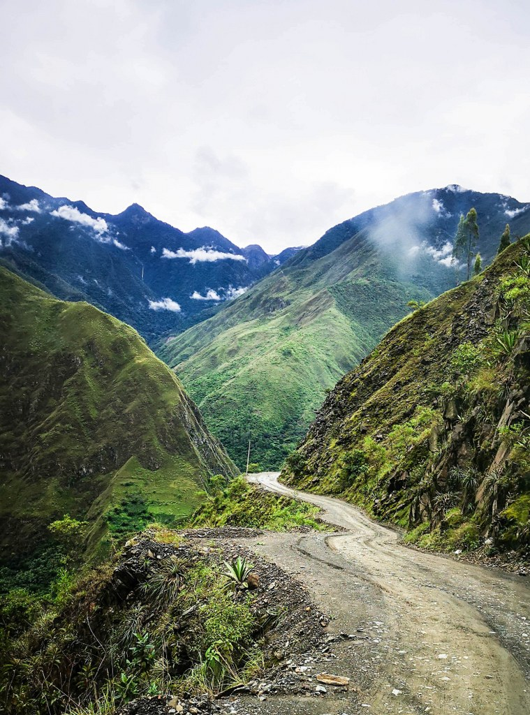 winding_road_on_the_Andean_precipice