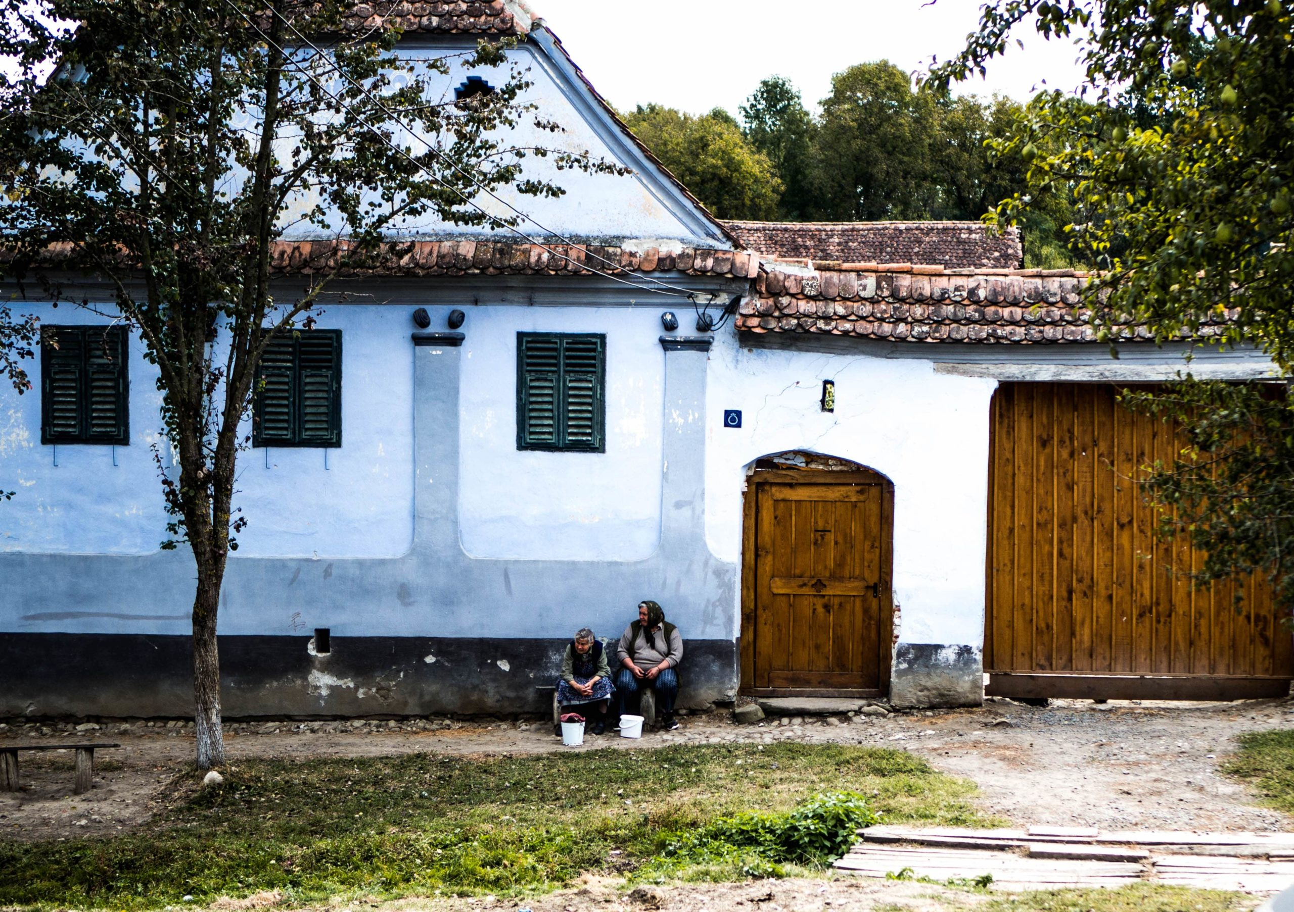 two-women-sitting-in-front-of-their-old-ruinen-house