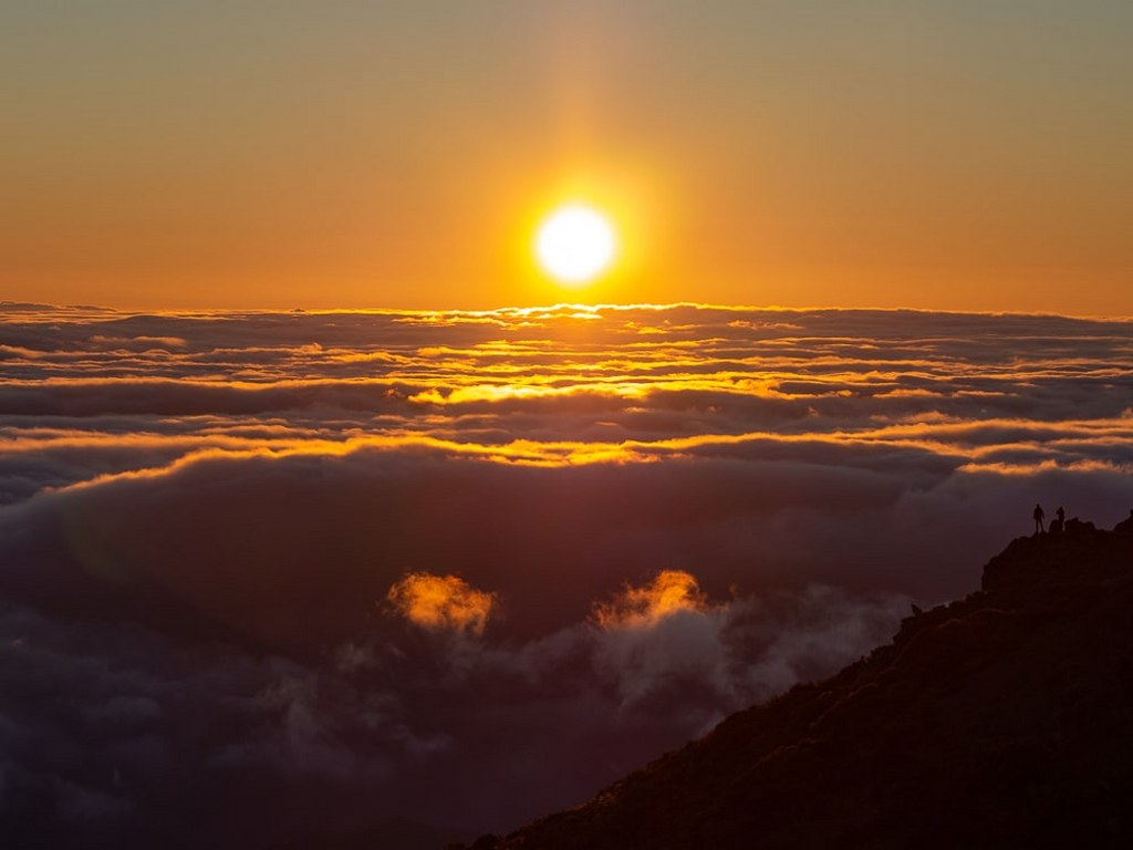 amazing_sunrise_above_cloud_covered_madeiras_mountains