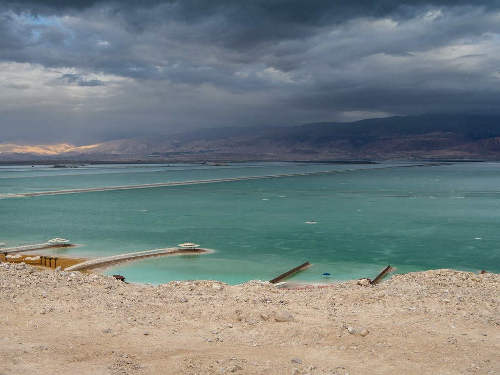 blue_water_of_the_dead_sea_contrasting_with_orange_rocks