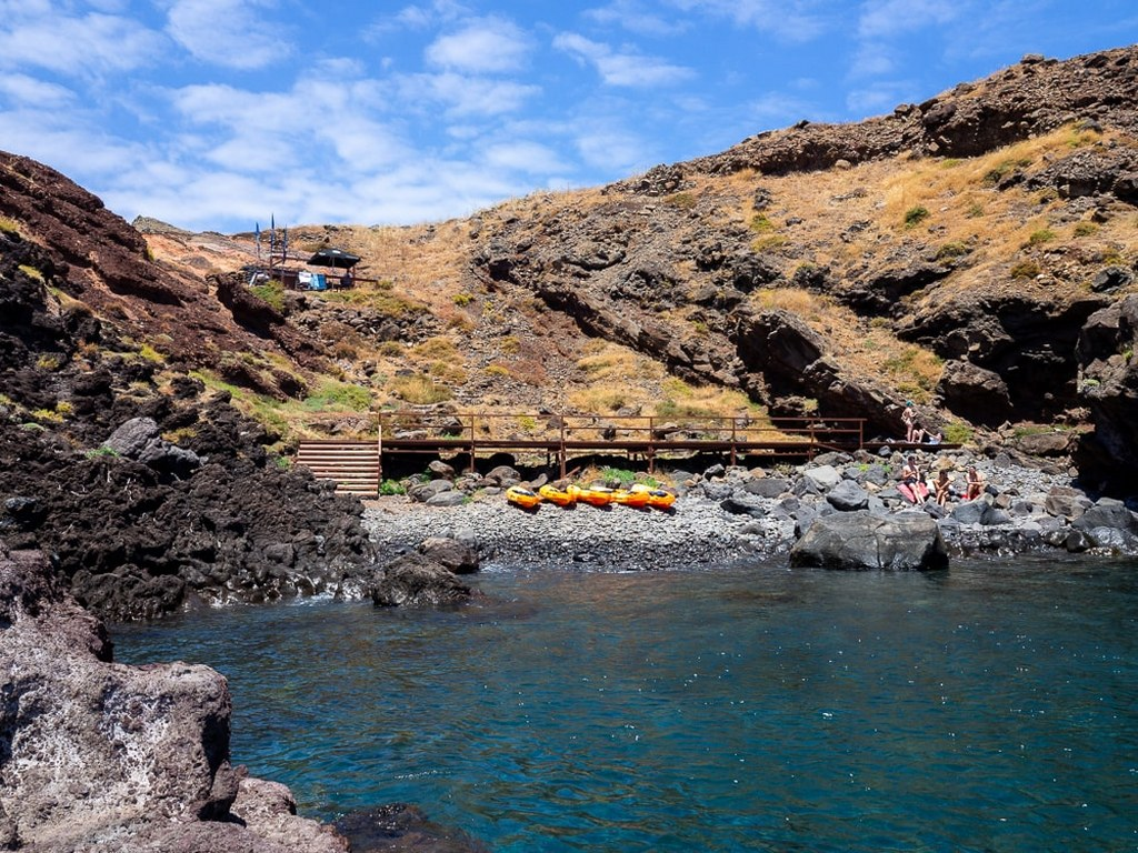 canoes_parked_at_the_shore_of_the_easternmost_part_of_madeira