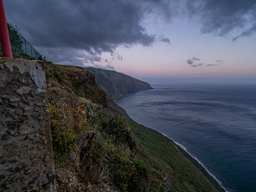 madeiran_cliff_coast_in_the_rays_of_the_setting_sun