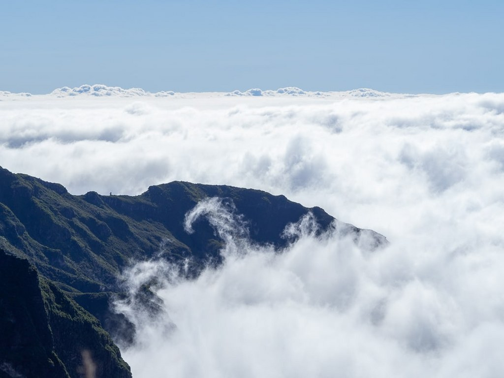 madeiras_mountains_covered_in_white_smooth_clouds