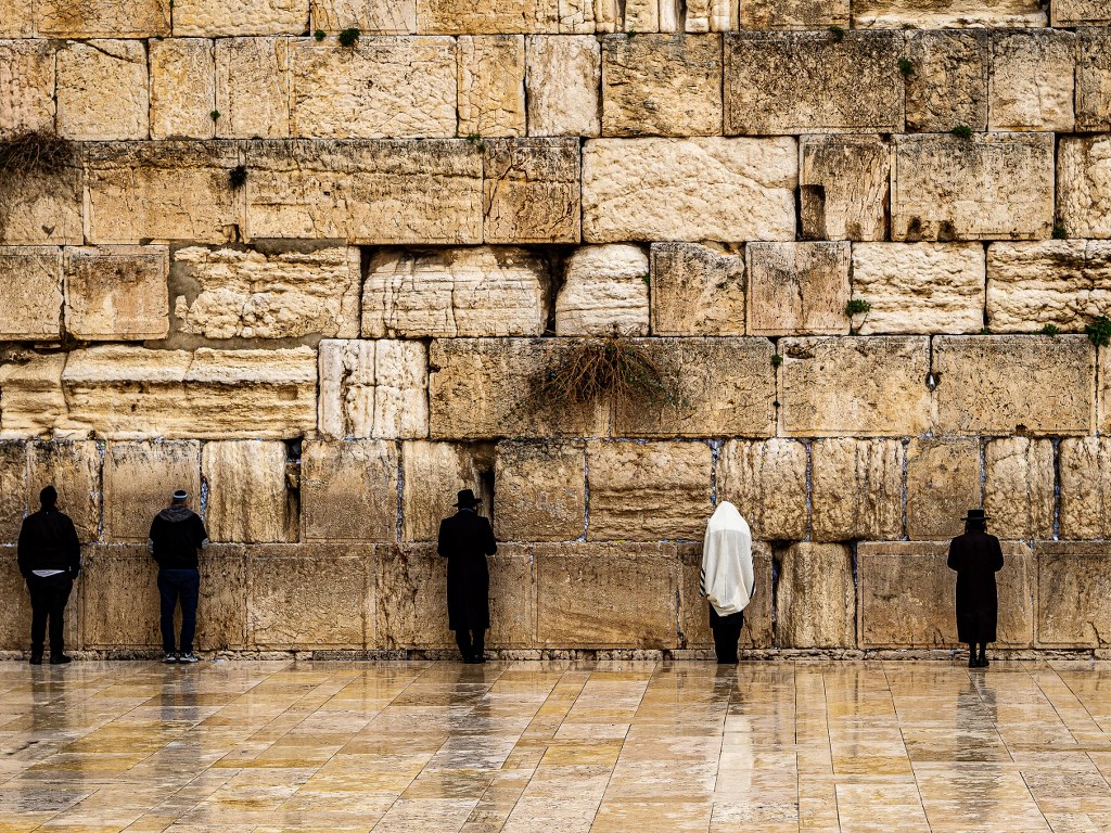 mens_praying_in_front_of_the_Western_wall_in_jerusalem