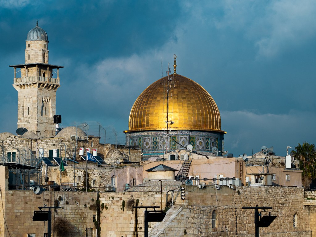 panorama_of_jerusalem_with_golden_decorated_copula_of_the_mosque