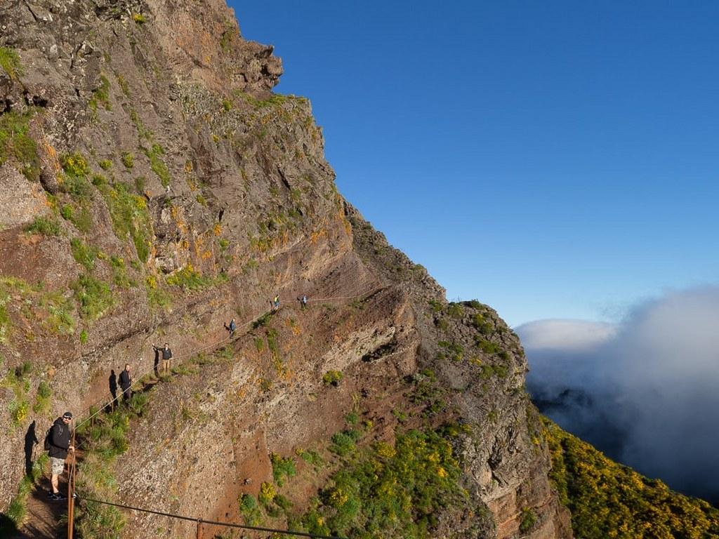 tourists_walking_on_madeiras_famous_mountain_trail