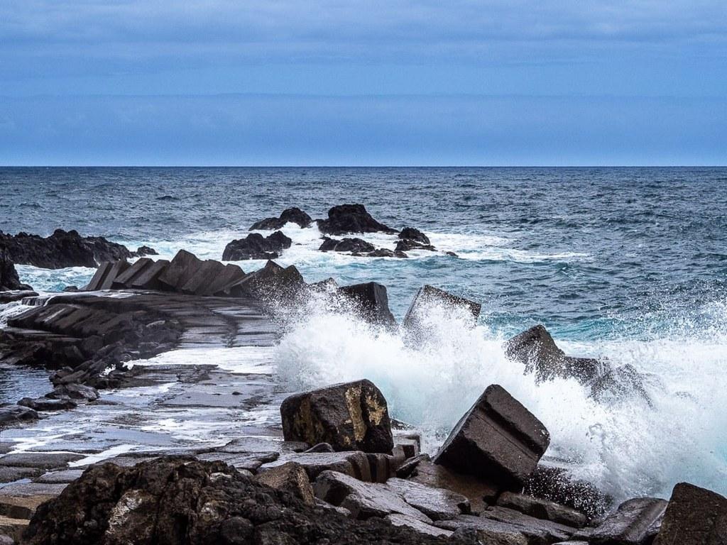 waves_crashing_on_a_rocky_coast
