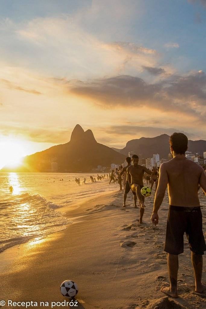 boys_playing_football_in_copacabana_beach