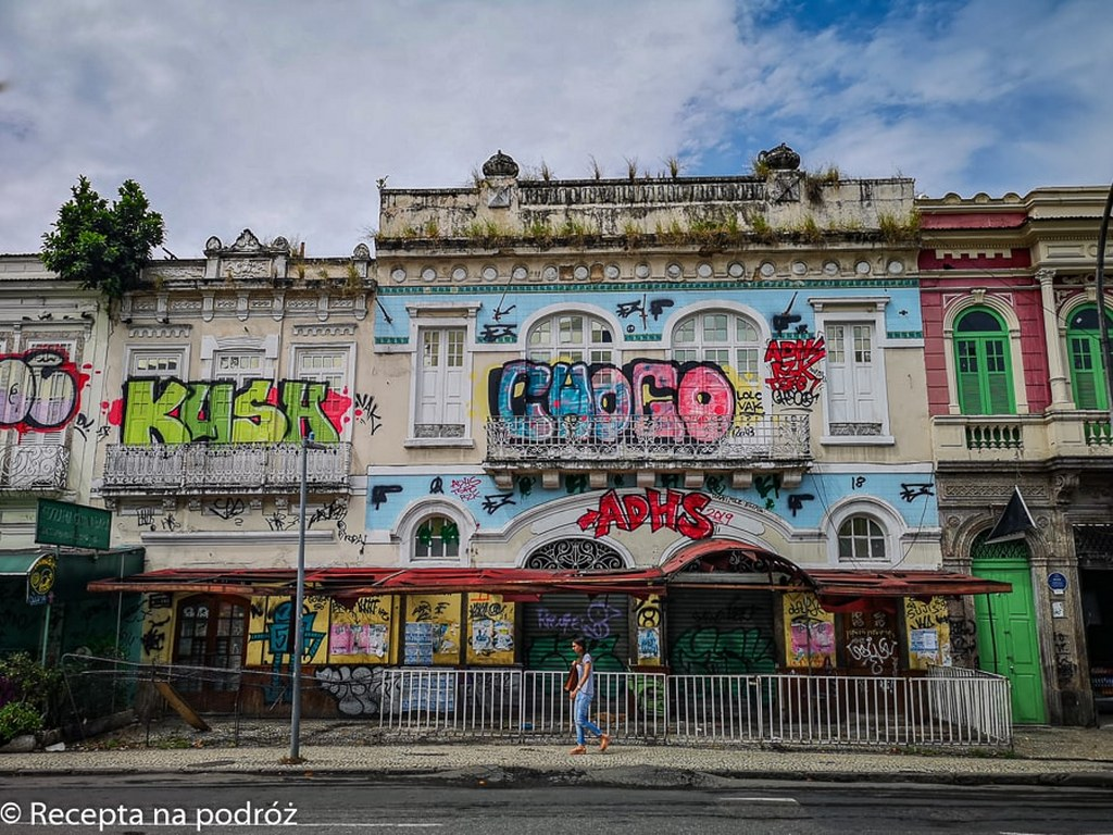 rio_de_janeiro_streets_with_colorful_painted_buildings