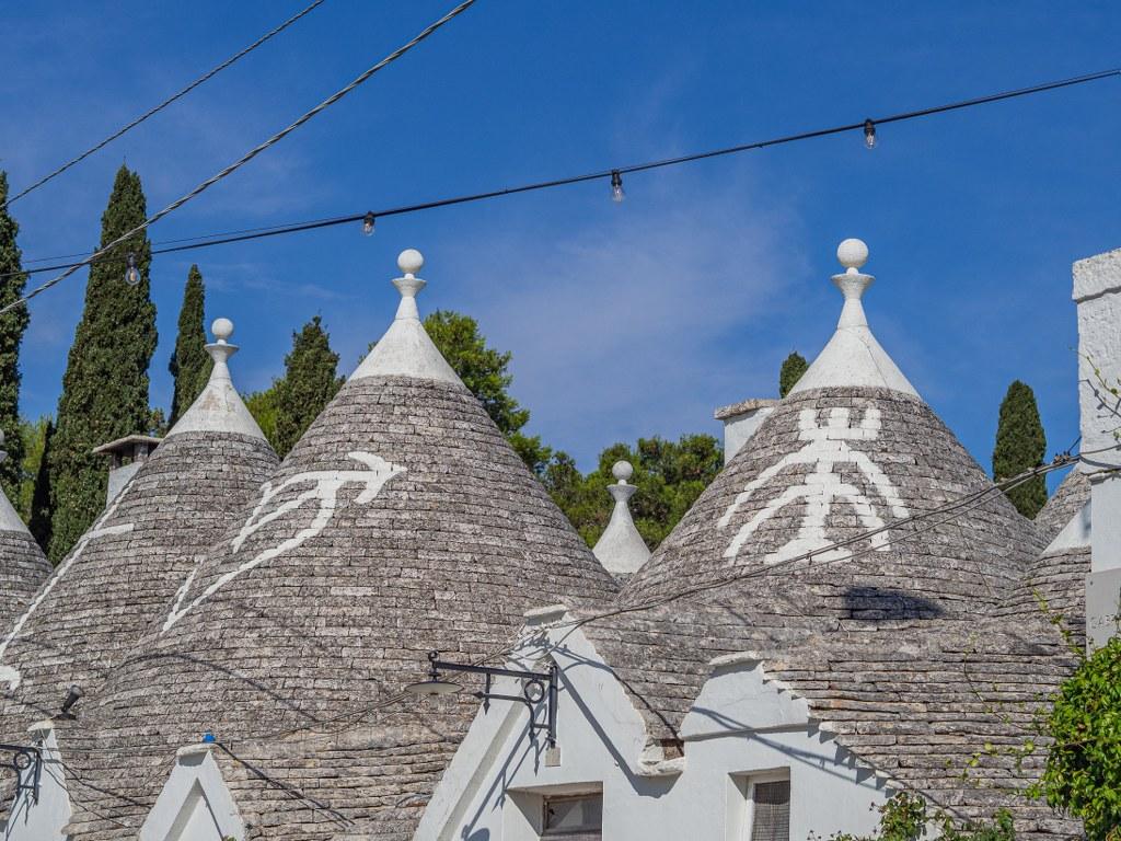 dozens_of_unique_roofs_in_alberobello_in_puglia