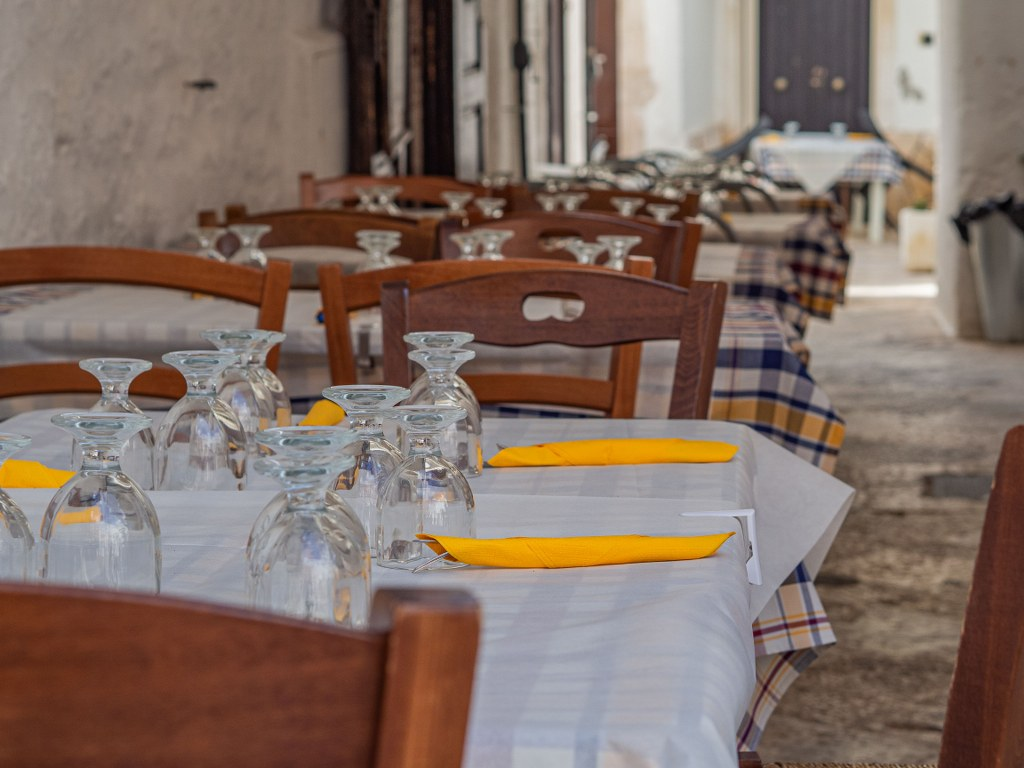 empty_set_tables_in_italy_waiting_for_first_guestes