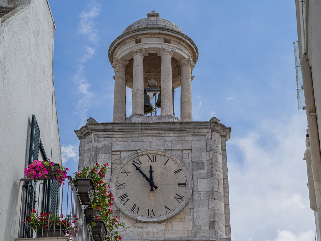 old_church_tower_with_a_huge_clock