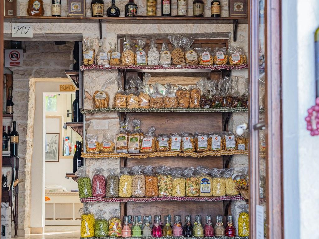 one_of_dozens_little_shops_in_arbellobello_ofering_local_goods