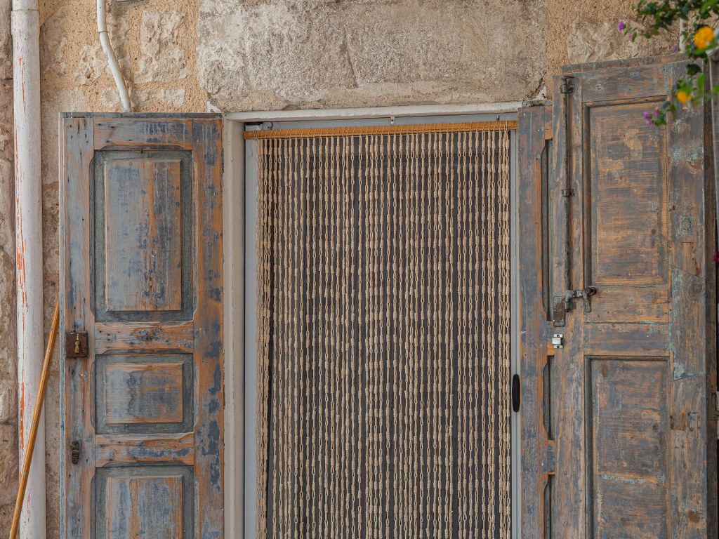 rich_ornamented_entrance_to_a_house_in_apuglia
