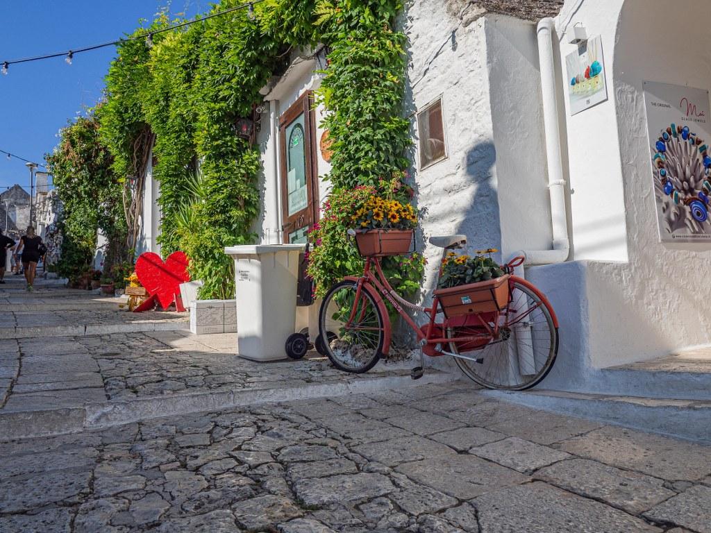 streets_of_famous_alberobello_in_puglia