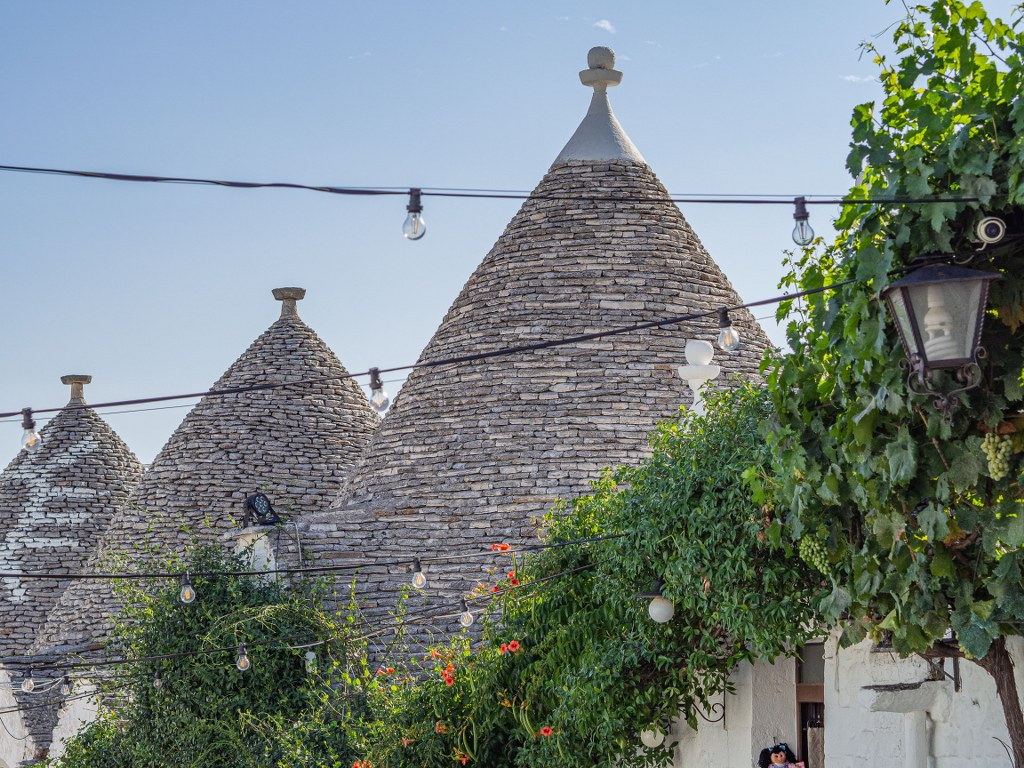 triangular_roofs_of_trulli_a_famous_special_little_houses_in_puglia